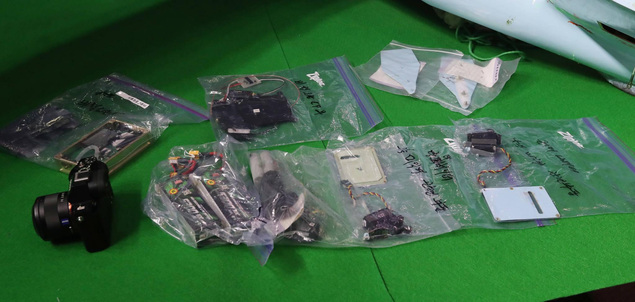 북한 소형 무인기에서 발견된 비행기 관련 부품. 김경록 기자