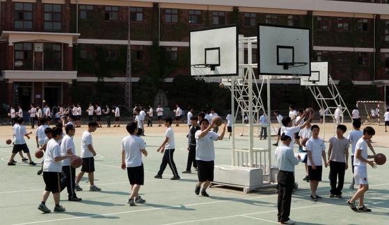 학교 체육 수업 중에 농구를 하고 있는 청소년들. 기준 변화에 따라 비만으로 악화되지 않으려면 평소 운동 등 건강 관리가 필요하다. [중앙포토]