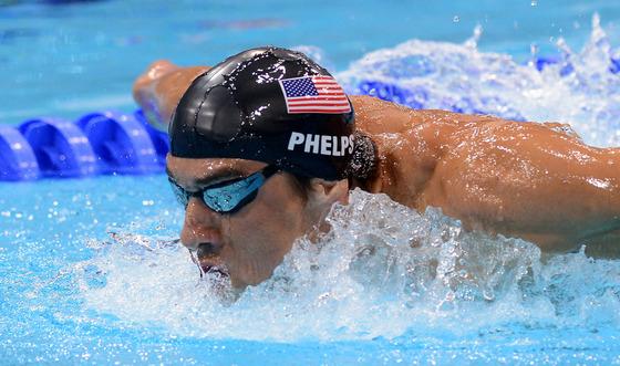 28일 런던 올림픽파크 아쿠아틱스센터에서 열린 런던올림픽 수영 남자 개인혼영 400미터 경기에서 미국의 펠프스가 역영하고 있다. [ 올림픽사진공동취재단 ]