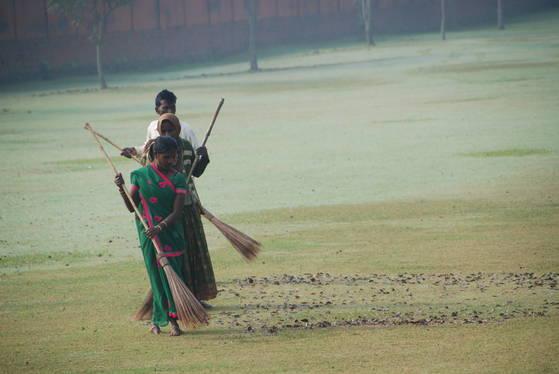 카필라바스투 성터에서 인도 여인들이 청소를 하고 있다. 유적지를 청소하는 이들은 카스트제도에서 하층계급에 속한다.