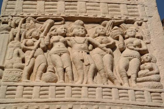 붓다가 살던 시절에는 옷을 어떻게 입었을까. 약 2300년 전에 만든 아소카 왕과 두 부인의 조각상. 우리는 산치 대탑에 있는 이 조각을 통해 붓다 시대의 복장이 어떠했을지 짐작할 수 있다.