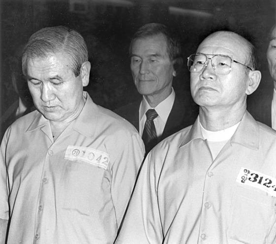 1996년 8월 12·12 및 5·18사건 선고공판에서 노태우 전 대통령과 함께 법정에 선 전두환 전 대통령(오른쪽). 전 전 대통령은 이 재판에서 내란목적 살인 등의 혐의가 인정돼 무기징역을 선고받았다. 중앙포토