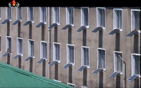 김원균 명칭 음악종합대학 평양 제1음악학원는 매 학부·교실별로 태양광 전지판을 설치하고 학생 강의에 이용하고 있다. [사진 조선의 오늘]