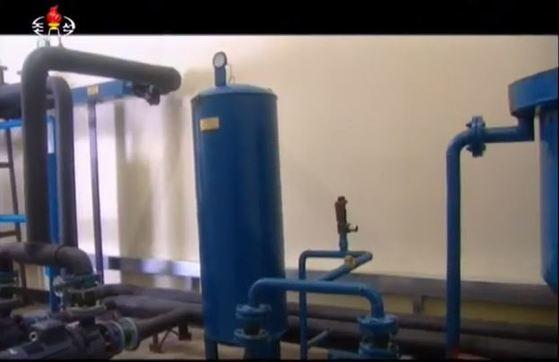 조선중앙TV는 지난 20일 첨단생물공학기술교류사에서 새롭게 개발한 '효율 높은 지열펌프'를 소개하며 자연에너지를 이용해 전력난을 해결할 것을 강조했다. [사진 조선중앙TV캡처]