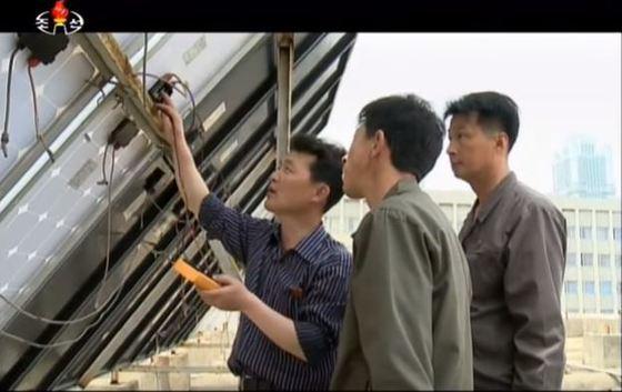 김일성종합대학 생명과학부는 건물 위에 태양광 전지판을 설치하고 충전된 120여개의 축전기들을 이용해 강의를 진행하고 있다. [사진 조선의 오늘]
