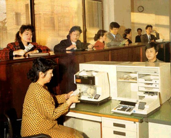 북한 주민들이 조선노동당의 외화자산을 관리하는 것으로 알려진 조선대성은행에서 입·출금을 하고 있다. 조선대성은행은 2010년 10월 미국 재무부가 제재대상으로 지정한 은행이다. [사진 중앙포토]