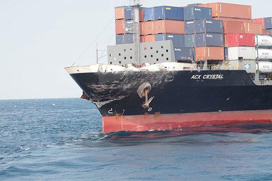 피츠제럴드함과 충돌한 필리핀 컨테이너 선박도 선수 일부가 파손됐다. [AFP=연합뉴스]