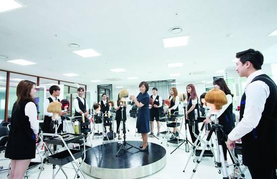 '사회 맞춤형 학과' 로 운영 중인 경복대 준오헤어디자인과 수업 모습. [사진 경복대]