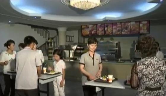 평양 개선청년공원 안에 있는 패스트푸드점인 개선빵집의 모습. [사진 조선중앙TV 캡처]