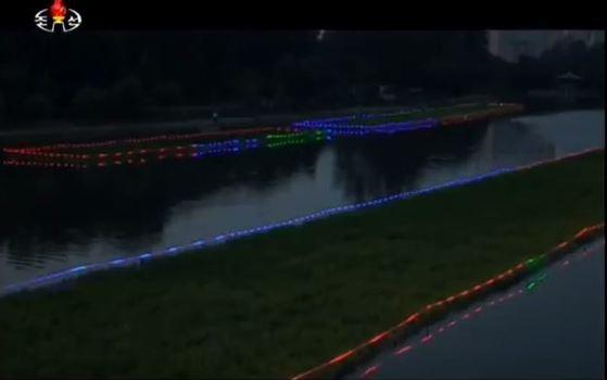 """조선중앙TV는 지난달 28일 """"보통강을 비롯한 평양시안의 강하천들에 펼쳐진 '생태띄우개'에 의한 이채로운 풍경은 수도의 아름다운 풍치를 더해주고 있다""""고 전했다. [사진 조선중앙TV캡처]"""