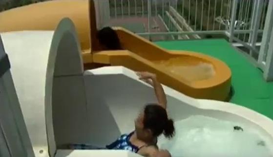 북한 주민이 문수물놀이장에서 워터 봅슬레이(물 미끄럼틀)를 타고 있다. [사진 조선중앙TV 캡처]