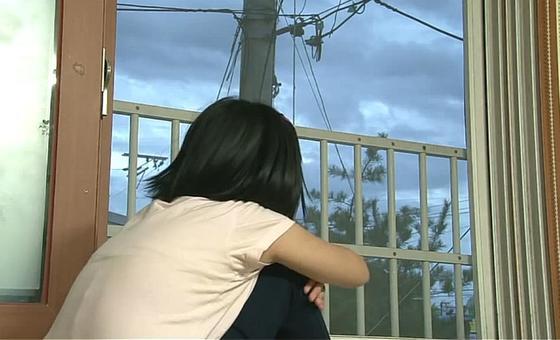 부모에게 학대를 당해 분리 보호된 어린이가 학대피해아동쉼터에서 창밖을 바라보고 있다.[사진 중앙아동보호전문기관]