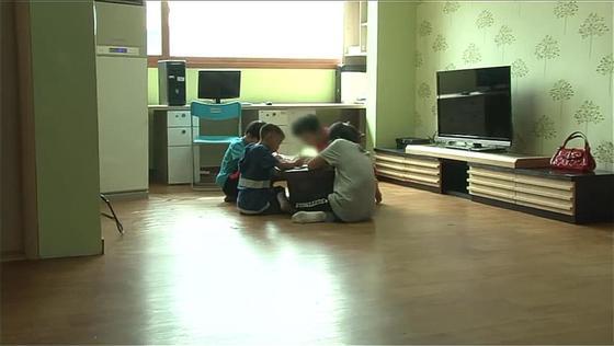 학대피해 어린이를 위한 쉼터에서 아이들이 모여 공부하고 있다.[사진 중앙아동보호전문기관]