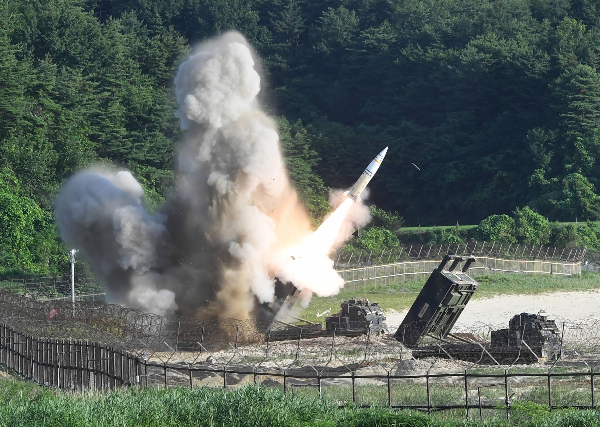 5일 오전 동해안에서 열린 한미 연합 탄도미사일 타격훈련에서 주한미군의 에이태킴스(ATACMS) 지대지미사일이 발사되고 있다.[사진 합동참모본부]