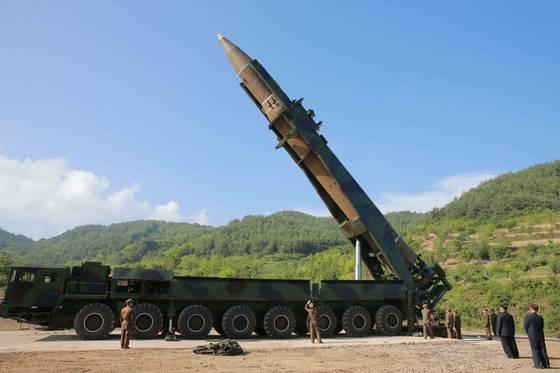 북한이 4일 대륙간탄도미사일 화성-14를 발사하기 위해 발사대에 장착하고 있다. [사진=조선중앙TV촬영]
