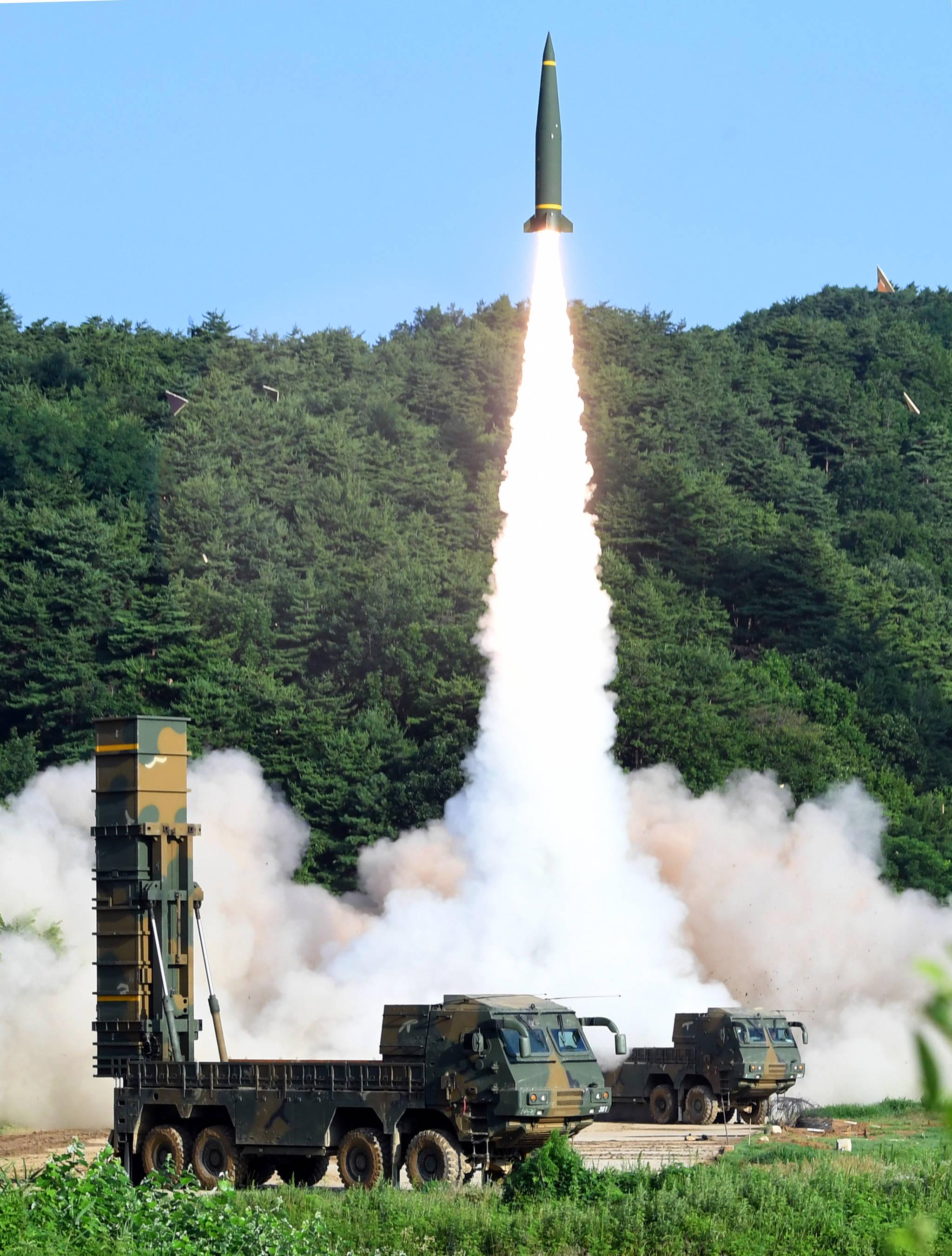 한국군 탄도미사일 현무-2A가5일 오전 동해안에서 열린 한미 연합 탄도미사일 타격훈련에서 발사되고 있다. [사진 합동참모본부]