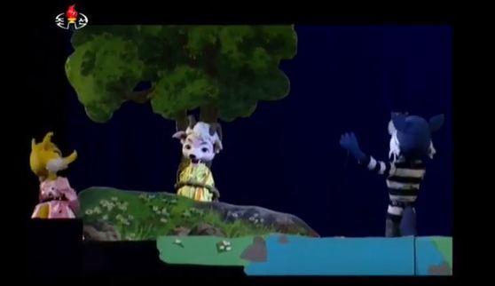 """인형극 '뿔을 구부린 양'의 마지막장면은 """"악착한 승냥이에게 환상을 가지다니···피를 즐기는 승냥이의 본성은 절대로 변하지 않는다""""는 내용이 담겨있다. [사진 조선중앙TV캡처]"""