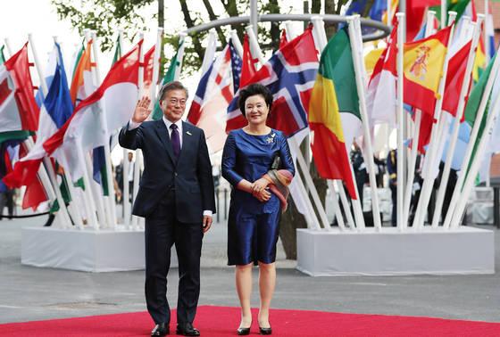 7일 오후(현지시간) 독일 함부르크 엘부필하모니에서 열린 G20정상회의 사교만찬장에 도착한 문재인 대통령과 김정숙 여사가 포즈를 취하고 있다. 함부르크=김성룡 기자
