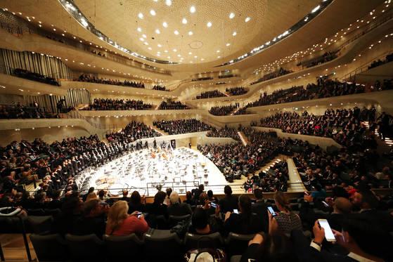 7일 오후(현지시각) 독일 함부르크 엘부필하모니에서 열린 G20 정상회의 축하 문화공연이 열리고 있다. 함부르크=김성룡 기자