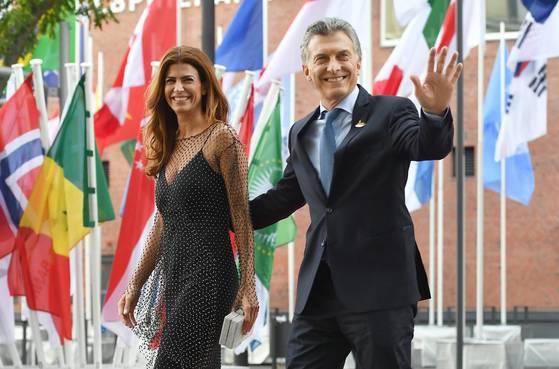 마우리시오 마크리 아르헨티나 대통령과 부인 줄리아나 아와다 여사가 7일 함부르크 엘부필하모니에서 레드카펫을 걸으며 밝게 웃고 있다. [EPA=연합뉴스]