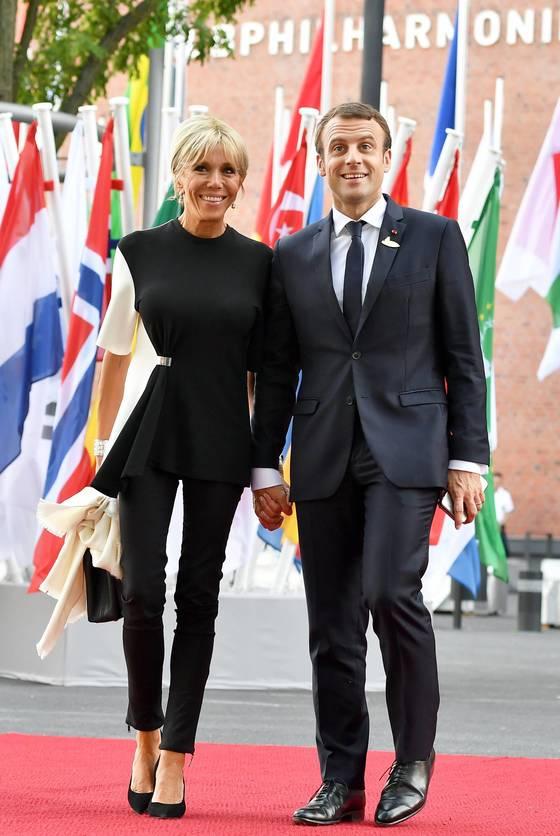 엠마누엘 마크롱 프랑스 대통령과 부인 브리짓이 손을 잡고 포즈를 취하고 있다. [EPA=연합뉴스]