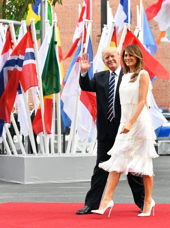 도널드 트럼프 미국 대통령과 부인 멜라니아 여사가 7일 오후(현지시간) 독일 함부르크 엘부필하모니에서 레드카펫을 걷고 있다. [EPA=연합뉴스]