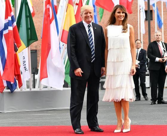 도널드 트럼프 미국 대통령과 부인 멜라니아 여사가 7일 오후(현지시간) 독일 함부르크 엘부필하모니에서 열린 음악회에 참석하기 전 레드카펫에서 포즈를 취하고 있다. [EPA=연합뉴스]
