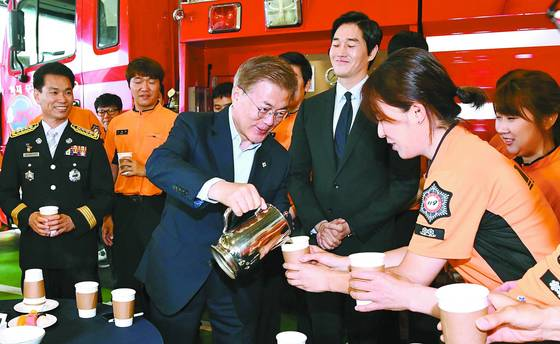 지난달 7일용산소방서를 방문한 문재인 대통령이 소방대원에게 커피를 따라주고 있다. [중앙포토]
