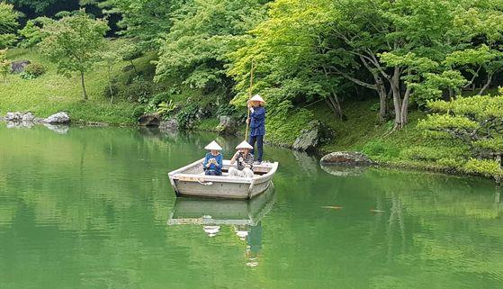 리쓰린 공원 속 연못에선 뱃사공이 들려주는 해설을 들으며 뱃놀이를 즐길 수도 있다.