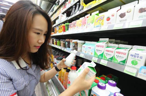 서승현씨는 우유·요구르트 같은 유제품을 고를때 '저지방' 문구를 확인한다. 체중 감량에 도움이 될 것이라고 생각해서다. [신인섭 기자]