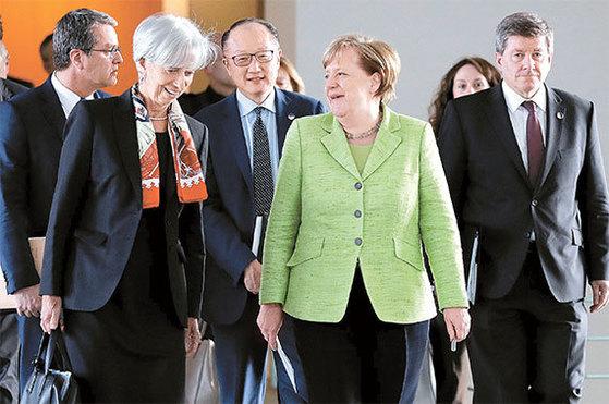 지난 4월 독일 베를린 회의에 참석한크리스틴 라가르드 국제통화기금(IMF) 총재와앙겔라 메르켈 독일 총리. 뒷줄은 왼쪽부터호베르토 아제베두 세계무역기구(WTO) 사무총장, 김용 세계은행 총재, 가이 라이더 국제노동기구(ILO) 사무총장. [AP=뉴시스]