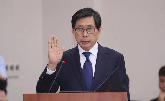 13일 오전 국회에서 열린 인사청문회에서 선서를 하고 있는 박상기 법무장관 후보자. 임현동 기자