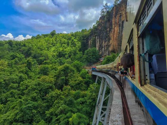 미얀마 여행자 사이에 인기 여행 코스인 곡테익 철교.