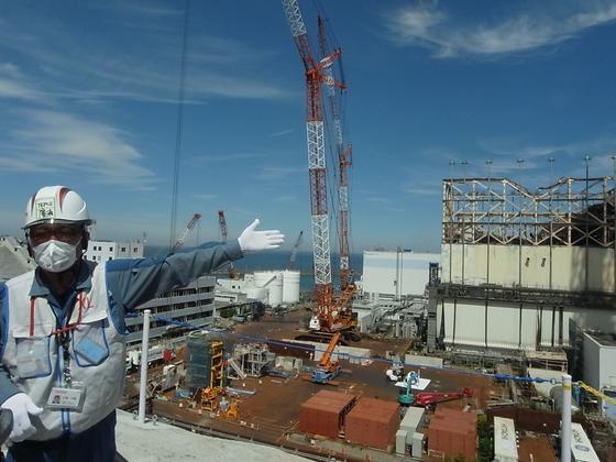 지난 6월 일본 후쿠시마(福島) 제1원전에서 도쿄전력 관계자가 프레스 투어에 참가한 한국 언론에 내부 상황을 설명하고 있다.[연합뉴스]