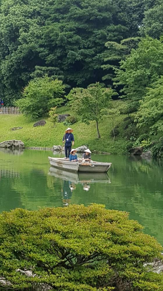 """일본의 정원문화재 가운데 가장 넓다는 시코쿠 가가와현 다카마쓰에 있는 리쓰린 공원. 상투적이지만 """"그림 같다""""란 표현이 딱 어울린다."""