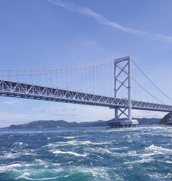 나루토 소용돌이를 보려면 오나루토교 옆으로 배를 타고 가야 한다.