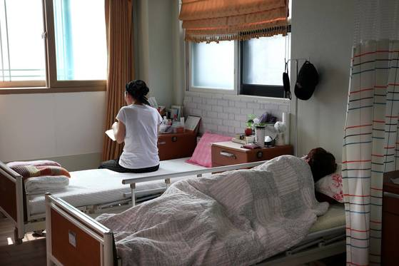 경기도 용인시 백세요양병원에서 한 암 환자가 책을 읽고 있다. 이 병원에는 60여명의 암 환자가 입원해 있다. 장진영 기자