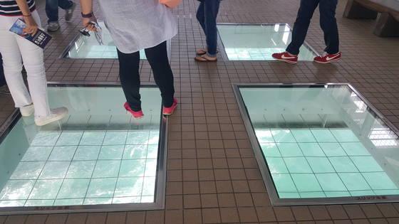 우즈노미치에는 이렇게 바닥을 투명 유리창으로 해놓은 조망대가 곳곳에 있다. 45m 아래 바다가 아찔하다.