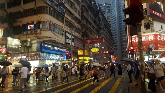 한국 명동과 비슷한 홍콩의 코즈웨이베이. 하루에도 열 번씩 비가 왔다 개기를 반복하는 도시 가운데에 있으면 '내가 이러려고 여행을 왔나'는 생각이 든다.