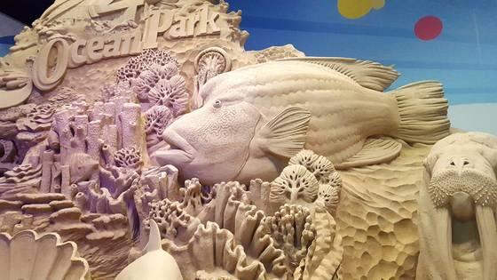 호박에다 오바마 전 미국 대통령 등 유명인의 얼굴을 조각해 유명한 조각가 레이 빌라판(Ray Villafane)이 만든 6m 크기의 모래작품. 레이 빌라판은 계속해서 이 곳에 새로운 모래 조각을 만들고 있다.