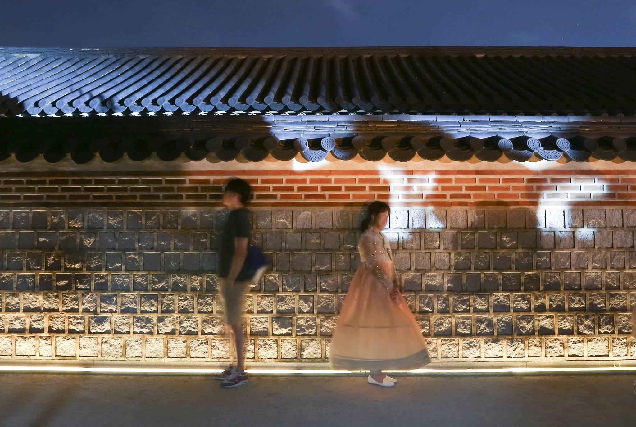 관람객들이 고궁담을 배경으로 기념촬영을 하고 있다. 임현동 기자