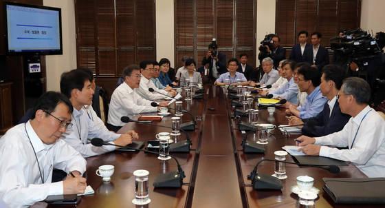 문재인 대통령이 17일 오후 청와대 여민관에서 열린 수석보좌관회의를 주재하고 있다. [연합뉴스]