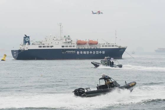 지난 6일 부산시 영도구 국립해양박물관 앞 해상에서 열린 부산지역 대테러 합동훈련에서 해경특공대원이 테러범을 소탕하러 여객선에 진입하고 있다. [중앙포토]