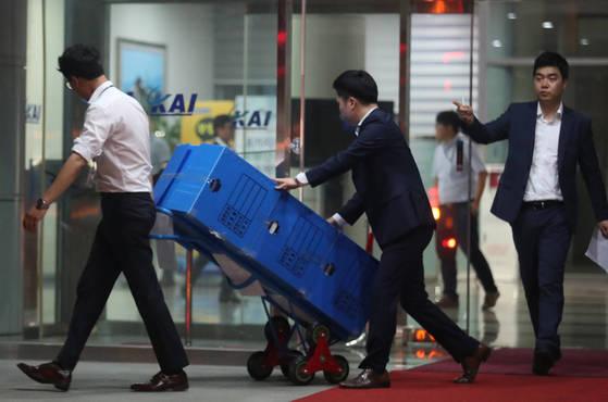검찰 수사관이 14일 오후 경남 사천시 한국항공우주산업(KAI) 본사에서 압수수색을 마친 후 자료를 옮기고 있다.
