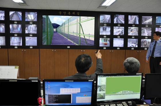 서울 남부교도소 안 중앙통제실. 교도소 안 400여 곳에 설치된 폐쇄회로TV(CCTV)를 통해 24시간 실시간으로 재소자들의 움직임을 관찰하고 있다. [사진 남부교도소]