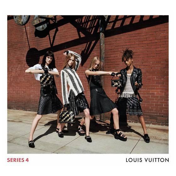 루이비통의 2016 봄여름 광고 캠페인. 할리우드 스타 윌 스미스의 아들이자 배우인 제이든 스미스(오른쪽)가 주름 치마를 걸치고 여자 모델들과 포즈를 취했다. [중앙포토]