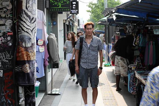 13일 이태원 거리에 서 있는 한호규씨. 우상조 기자