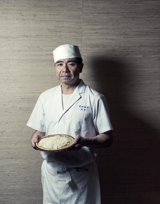 직접 만든 하얀색 소바를 들고 있는 요시노리 호리이 셰프. [사진 웨스틴 조선호텔]