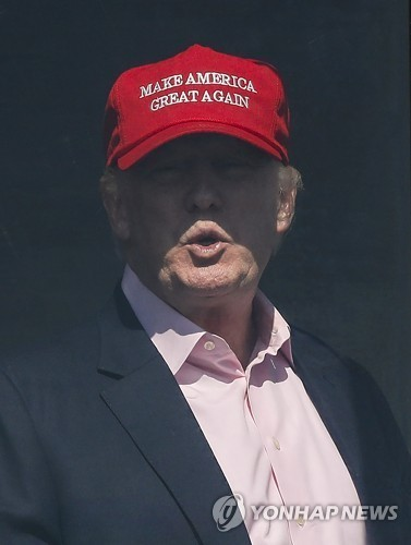 '미국을 다시 위대하게 만들자'는 문구가 적힌 모자를 쓴 트럼프 대통령. [AP=연합뉴스]