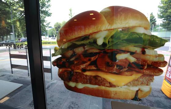 이른바 '햄버거병' 파문으로 인한 '햄버거 포비아'(햄버거 공포증)가 확산하면서 맥도날드를 비롯한 주요 햄버거 업체들의 매출 타격이 현실화되고 있다. 11일 서울의 한 시내 맥도날드 매장이 점심시간임에도 한산하다. [연합뉴스]